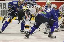 Litvínov (v bílém) doma ovládl druhý zápas předkola play - off nad Plzní jasně 5:2.
