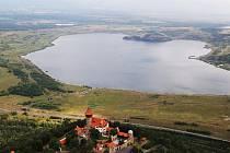 Na jezero Most se budou moci od září podívat návštěvníci se země, ale také z vrtulníku.