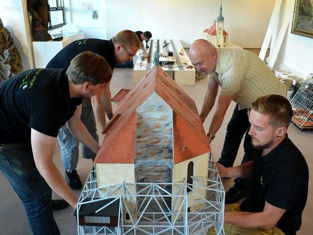 Technici z Oederanu pod vedením Horsta Drichelta (druhý zprava) drží mostecký kostel, vzadu jsou koleje.