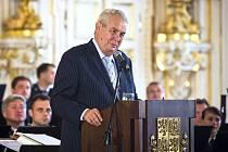 Ve Španělském sále Pražského hradu byly 16. září předány ceny pro Nejlepší starosty a Nejlepšího primátora za období 2010–2014. Na snímku prezident Miloš Zeman při projevu.