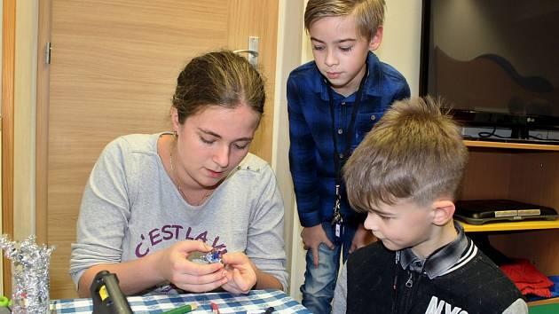 Pod vedení knihovnice dětského oddělení Moniky Říhové se děti snažily vytvořit vánoční ozdoby z těstovin.
