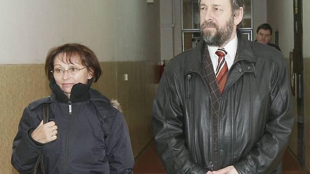 Bývalý primář gynekologicko porodnického oddělení mostecké nemocnice Bohumil Bradáč přichází k soudu.