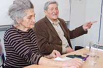 Dcera a syn mosteckého židovského lékaře Richarda Weinsteina besedovali se studenty Soukromé hotelové školy Bukaschool v Mostě o holocaustu. Sourozence pozval učitel dějepisu Martin Žemlička.