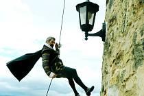 Alchymista Edward Kelley (herec Zdeněk Turek) prchá z hradu Hněvín. Scéna je součástí tradiční veselice. Bude v sobotu.