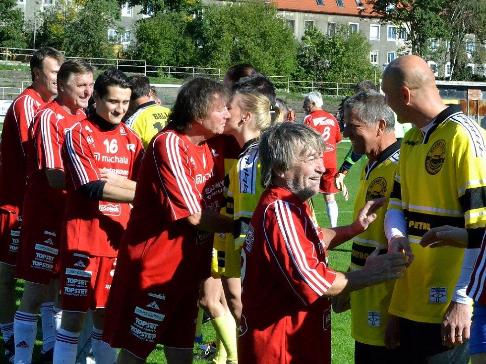 Podávání rukou před zápasem.