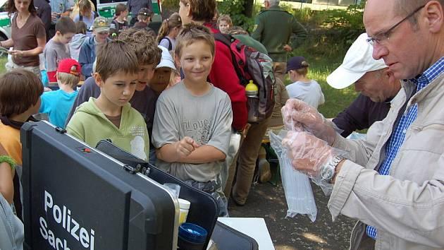 Dětěm se na dopravním hřišti představili policisté.