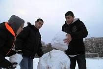 Žáci janovské základní školy při stavění sněhuláků.
