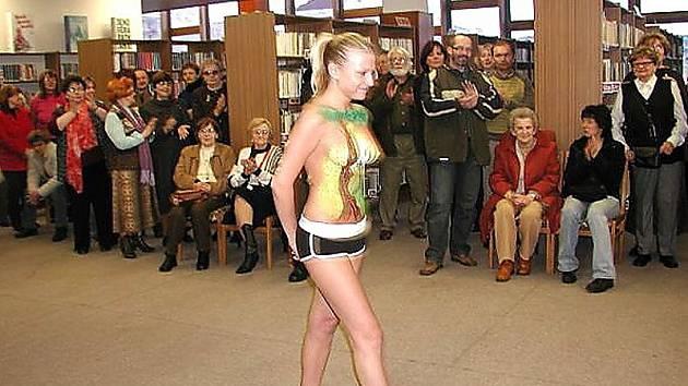 Vernisáž výstavy obrazů Pavla Lakomého. Příjemným překvapením byla modelka Andrea, Lakomého múza při tvorbě obrazu Zamilovaný dřevorubec.