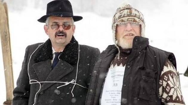 Milan Mahušek a místostarosta Hory Sv. Kateřiny Petr Pakosta (vlevo) při recesistických běžeckých závodech v Krušných horách.