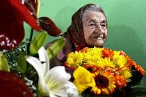 Hedvika Pazderová obklopena darovanými květy. V sobotu 17. října jí bude 100 let.