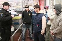 Skupina mladíků obtěžovala kolemjdoucí se žádostí o zakoupení toluenu. Zklidnili je až strážníci.