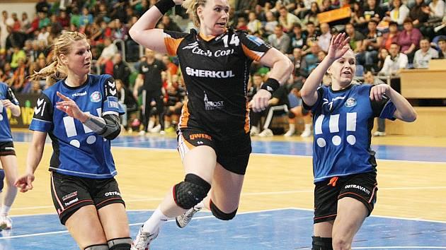 Z výskoku pálí mostecká Petra Vítková.