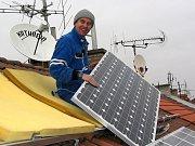 Solární panely na střeše.