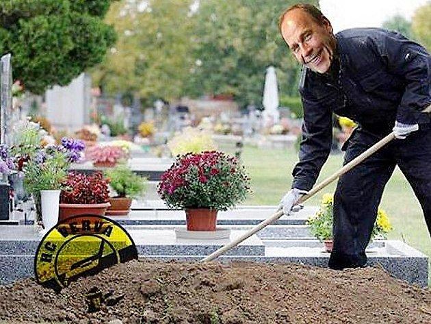 Na obrázku, který koluje po sociální síti facebook, je vyobrazen litvínovský sportovní manažer Jiří Bubla jako hrobař, který právě pochovává litvínovskou Vervu. Fanoušci žádají v diskuzích jeho odstoupení.