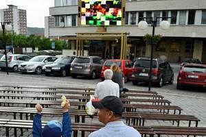 Úvodní utkání českého týmu se Španělskem sledovala na 1. náměstí jen hrstka diváků.