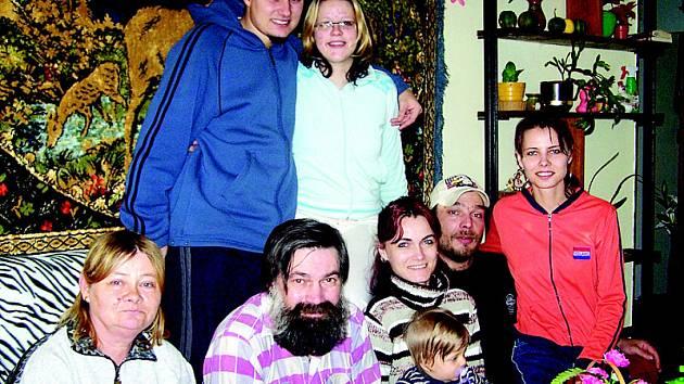 Anna Pálová (vlevo dole) s nejbližšími. Vedle ní sedí její manžel, nejstarší dcera s manželem a vnučkou a  mladší dcera. Za nimi stojí syn s přítelkyní.