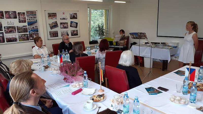 Česko-německé setkání se konalo v sídle mostecké charity. V úvodu vystoupila ZUŠ F. L. Gassmanna Most.