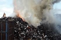 Požár linky na zpracování autovraků na vrakovišti u Komořan