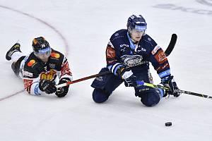 Matuš Sukeľ ještě v dresu Sparty (vlevo). Od nové sezony bude hrát za Litvínov.