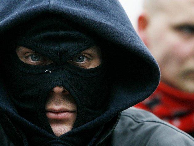 Co skrývají maskovaní mladíci?