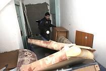 Strážník při kontrole sklepa v jednom z janovských panelových domů.