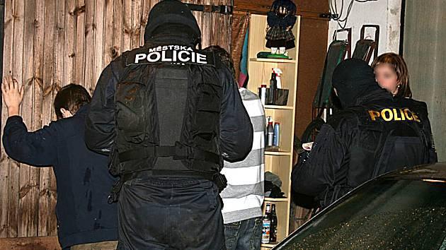 Strážníci a policisté zasahovali u rodiny, která si udělala byt v garáži.
