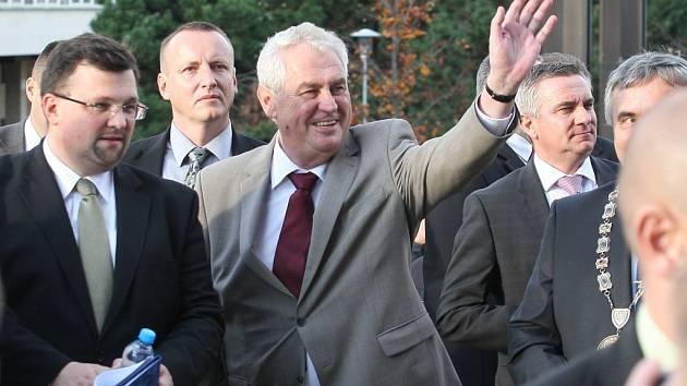 Miloš Zeman vítá své příznivce na cestě mezi mosteckou radnicí a divadlem, před kterým měl v říjnu 2013 mítink.