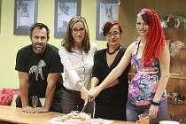 Krájení dortu. Manželé Morgensternovi, Vlaďka Dočekalová (vytvořila dort) a Niki Lašová (zakladatelka Kampaně na pomoc psům).