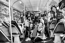 Herci Docela velkého divadla Litvínov se fotili ve staré tramvaji pro představení Armagedon.