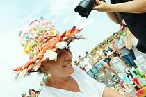 Kloboukovou soutěž na hipodromu vyhrála v kategorii originalita Dobromila Škabradová s kloboukem se sladkostmi.