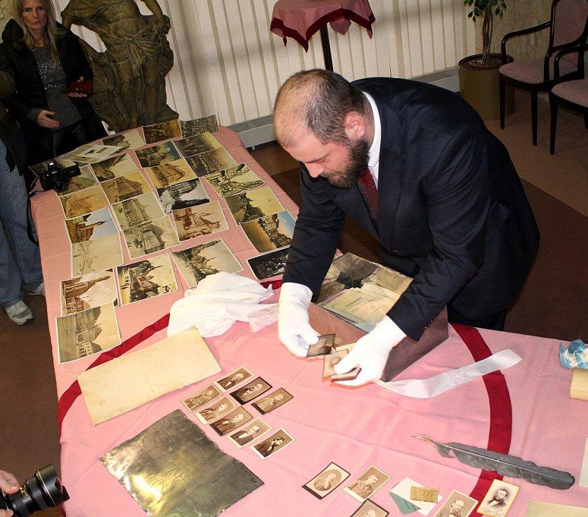Po dlouhých 135 letech spatřil světlo světa obsah schránky z někdejší budovy Krajského a okresního soudu ve starém Mostě.
