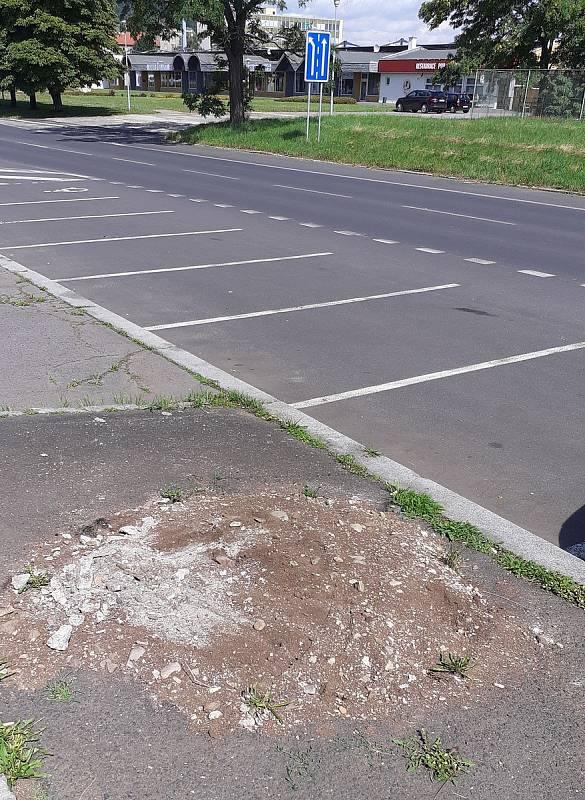 Stará betonová skruž na plakáty u stadionu také zmizela.