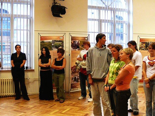 Vernisáž do Scholy Humanitas přilákala hlavně mladé lidi.