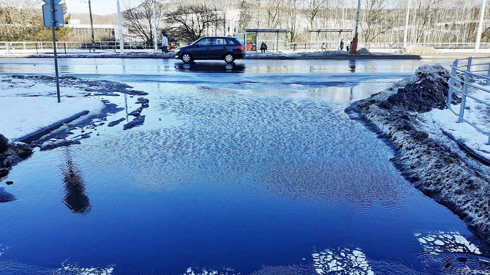 V Mostě se ve středu 17. února oteplilo, sníh v ulicích taje