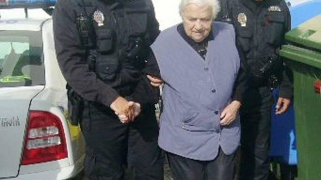 Strážníci odvádějí babičku domů.