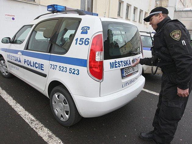 Nový vůz litvínovských strážníků nahradil automobil, který shořel při listopadových demonstracích v Janově.