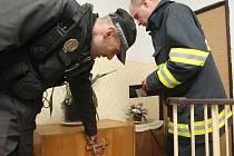 Strážníci a hasiči kontrolují čistotu na chodbách domů v Litvínově. Nyní hrozí, že se stane z Hotelového domu problémová lokalita.