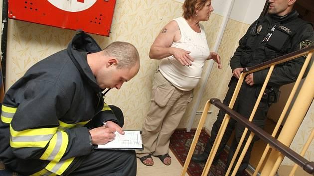 Strážníci a hasiči kontrolují čistotu na chodbách panelových domů. Nesmí na nich být žádné odložené věci.