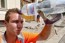 Vysoké letní teploty zmáhají v těchto dnech i dělníka Ladislava Šoufka, který se každou chvilkou osvěžuje vodou z PET láhve.