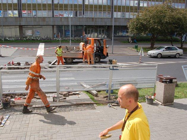 Dělníci ruší přechod u Centralu.