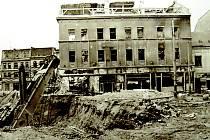 Bagrům neunikla ve starém Mostě ani kina. Na snímku je jedno z nich. Názvy kin se během let měnily. Například nejmodernější kino Mír, které hrálo nejdéle (až do roku 1977) a konaly se v něm filmové festivaly, se nazývalo i Pasáž a Rudý dům.