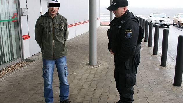 Muž napadl svoji přítelkyni v Intersparu, odvézt ho museli strážníci.