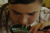 Třináctiletá Petra Mertlová ze Soukromé sportovní základní školy Litvínov zkoumá vejce.