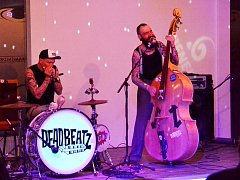 Dvojice muzikantů z Vídně Dead Beatz při svém prvním koncertu v ČR zaplnila centrum Benedikt v Mostě