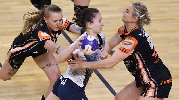 Mostecké házenkářky Petra Maňáková (vlevo) a Michaela Borovská (vpravo) v posledním zápase s Porubou.