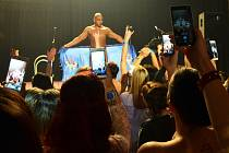 Mostečanky si fotí vyvrcholení pánského striptýzu na 2. Erotickém plesu v Mostě, který se konal z pátku na sobotu v Meduze.