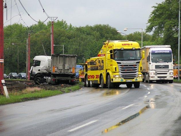 Kamion vlétl do kolejiště.
