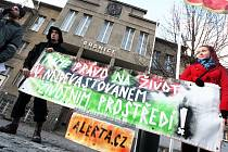 Malá demonstrace proti uskladnění ostravských kalů u Litvínova.