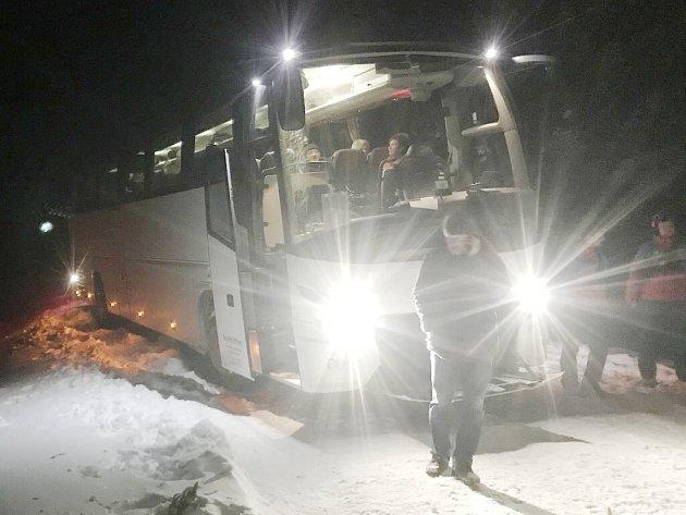 Zapadlý autobus se seniory.