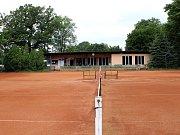Na těchto tenisových kurtech v Litvínově u Koldomu trénovala současná královna ženského tenisu Karolína Plíšková pod vedením trenérky Zuzany Rolenčíkové od svých sedmi let.